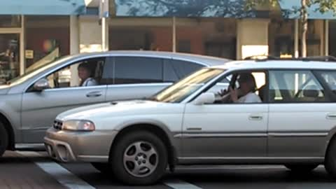Flute-playing driver rocks out at traffic light