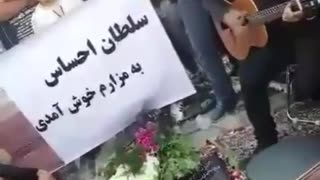 Man Plays Guitar in his Dad's Funeral - Video