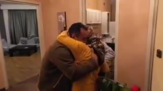 Man makes a surprise to his parents after 18 years without seeing them