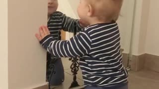 Sweet baby talks to his reflection in the mirror - Video