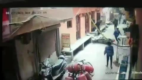 Two brave teens stop mobile theft and catch thieves in New Delhi