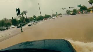 Phoenix flash flood turns roads into rivers - Video