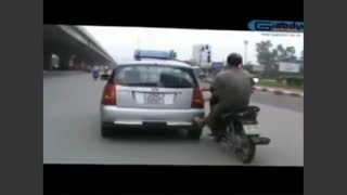 Taxi getting pushed by motobike - Video