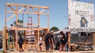 San Diego Teens Help Build Studios For Thriving Art Community - Video