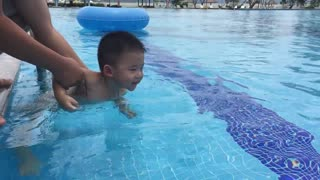 Baby learn to swim with his father