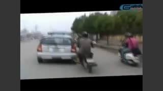 Taxi getting pushed by motorbike safari - Video