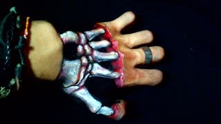 Artist creates realistic 3D skeleton illusion in his hand - Video