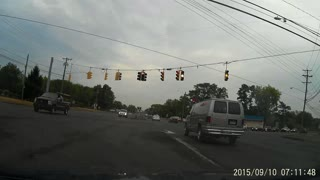18 Wheeler runs red light - Video