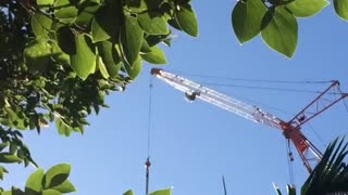 MAN ALMOST FALLS FROM CRANE IN BRISBANE - Video