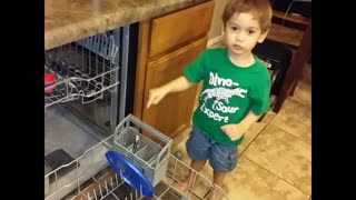 3-year-old helps do the dishes - Video