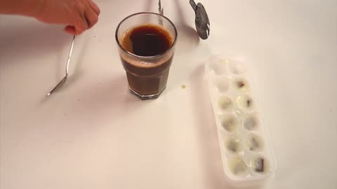 Easily make iced coffee with milk and chocolate