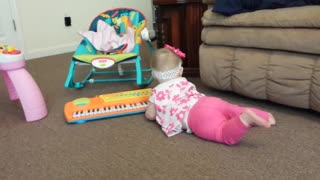 Baby hilariously plays keyboard - Video