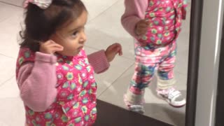 Toddler discovers how mirrors work, becomes totally obsessed - Video