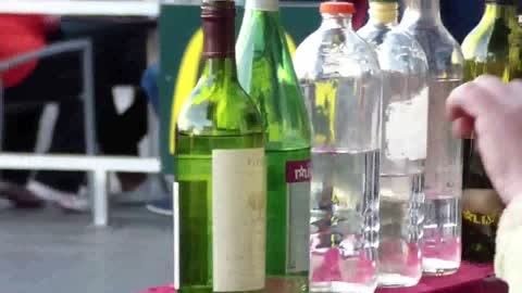 Street man playing with bottles of glass !