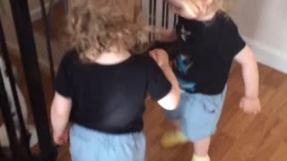 Twins discover priceless way to share slippers - Video