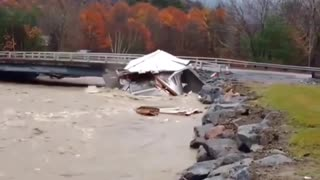 House being swept away in the river gets torn to shreads by a bridge - Video