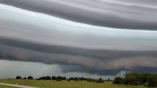 Stunning Shelf Cloud Streaks Across Sky