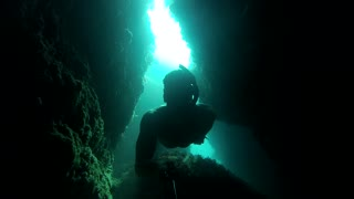 Diver risks one-breath swim through deep underwater tunnel - Video