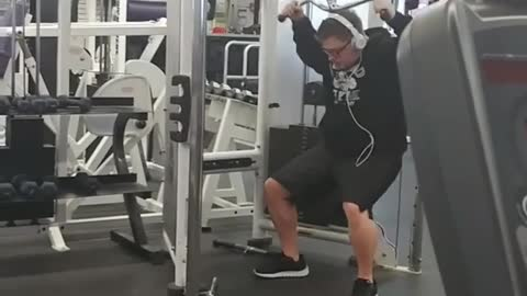 Clueless Guy Pretends To Be Gym Enthusiast, But Fails At The Hip Thruster