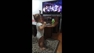 Pequeña canta rock' n roll al ritmo de 'Thunderstruck' de AC/DC - Video