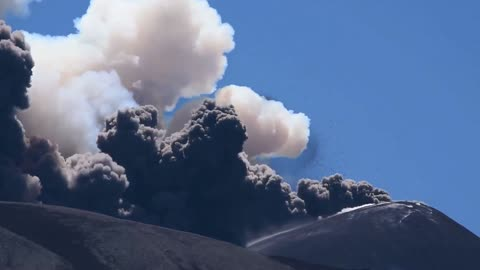 Amazing footage of Mount Etna volcanic eruption