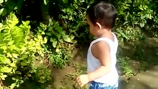 Toddler attempts to befriend his own shadow - Video