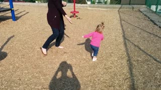 Little girl is adorably dizzy - Video