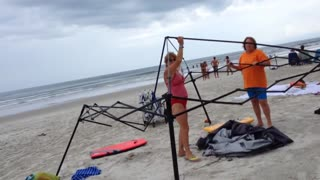 Busted! Two women caught stealing a canopy on the beach, then attack! - Video