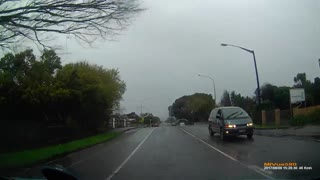 Baby walks onto busy road in New Zealand - Video