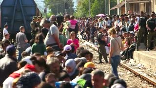 Macedonian authorities open Greek border for migrants - Video