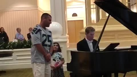 Man Shocks Resort Audience As He Beautifully Sings With Pianist