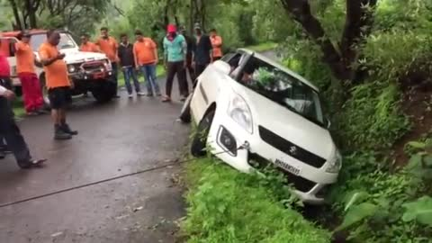 Rescue operation of Swift Car done by SATARA OFFROADER'S at Bamnoli. Tapola road