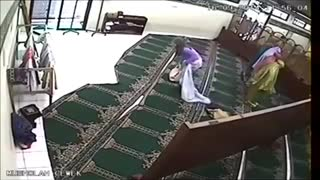 Lady Stealing While Praying In Mosque - Video