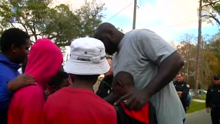 Shaquille O'Neal joins police in pickup game with neighborhood kids - Video