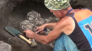 Embracing skeletons unearthed in Russia - Video