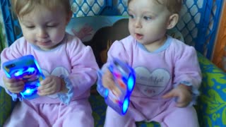 Identical twins have difficult time sharing - Video