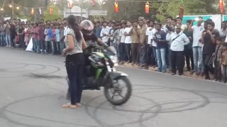 Unbelievable bike stunt - Video