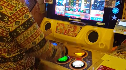 Hilarious Side By Side Gaming in Japanese Arcade