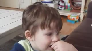 Little boy singing badly - Video