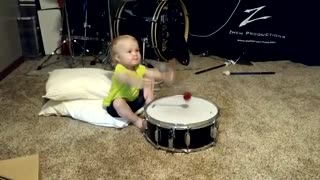 Toddler teaches herself to play the drums - Video