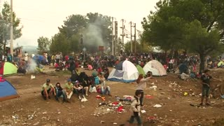 Refugee crowds build at Macedonia border - Video