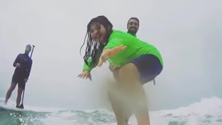 Father surfing daughter falls off - Video
