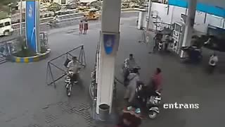 Man sets fire on fuel pump using cell phone - Video
