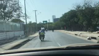 Video: taxista arrolló a agente de transito