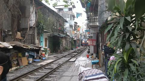 Jaw-dropping footage shows train passing through narrow street in Vietnam