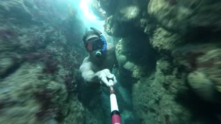 Fearless diver explores dangerous underwater cave - Video