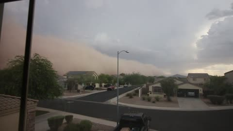 Huge dust storm rolls over neighborhood in Casa Grande, Arizona