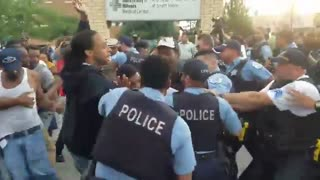 Chicago Police clash with violent protesters - Video