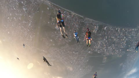 High-flying friends pull off jaw-dropping skydive formation