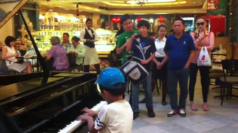 Kid Pianist Prodigy Wows Spectators In Philippine Mall
